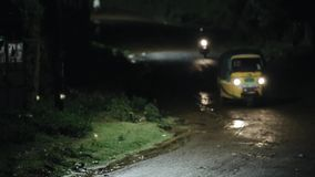 Красивый ландшафт шторма, гроза на ноче Мотоцикл и автоматическая рикша проходят мимо на дорогу сток-видео