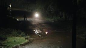 Красивый ландшафт шторма, гроза на ноче Мотоцикл и велосипедист проходят мимо на дорогу сток-видео