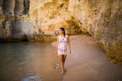 Красивый латинский мексиканский турист девушки идя на пляж с утесами Стоковая Фотография RF