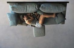 Красивый лежать спать девушки на взгляде софы сверху стоковые изображения rf