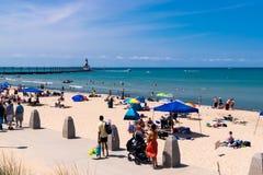 Красивый летний день на песчаном пляже стоковая фотография