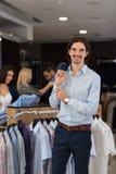 Красивый магазин моды бизнесмена, клиенты выбирая одежды в магазине розничной торговли Стоковая Фотография RF