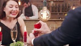 Красивый, маленькая девочка удивлена когда ее парень сделать предложение видеоматериал