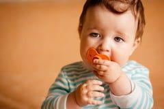 Красивый маленький младенец с голубыми глазами стоковое фото