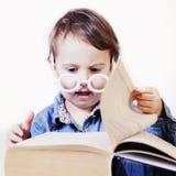 Красивый маленький профессор читая книгу юмористическое изображение sci стоковое фото