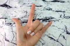 Красивый маникюр, ноготь маникюра Закройте вверх по ногтям гранита серым на ткани камня гранита стоковое изображение rf