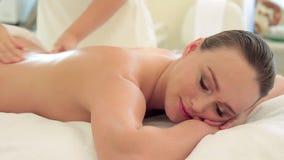 Красивый массаж женщины в салоне курорта сток-видео