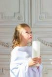 Красивый маленький ангел с молить свечи Стоковое Изображение