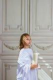 Красивый маленький ангел с молить свечи Стоковое Фото
