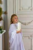 Красивый маленький ангел с молить свечи Стоковое фото RF