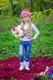 Красивый маленький молодой младенец в розовой шляпе с цветками в их руках Стоковые Фотографии RF