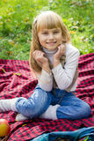 Красивый маленький молодой младенец сидя на красной шотландке Симпатичный ребенок усмехаясь с яркими цветками стоковая фотография rf