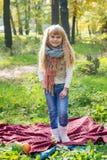 Красивый маленький молодой младенец стоит в шарфе Симпатичный усмехаться ребенка Стоковые Фото