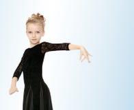 Красивый маленький танцор в черном платье стоковые фото