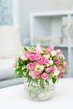 Красивый малый букет с розами в стеклянной вазе Стоковые Изображения