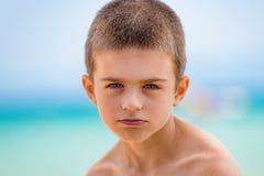 Красивый мальчик наслаждаясь праздником на пляже Стоковые Фото