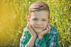 Красивый мальчик с светлыми волосами в канола поле стоковая фотография rf