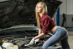 Красивый механик девушки Стоковая Фотография RF