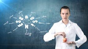 Красивый медицинский доктор женщины в форме Предпосылка покрашенная студией Концепция выгодского здравоохранения Стоковая Фотография