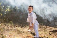 Красивый милый младенец стоя, что в представлении готовности воевать в природе Стоковое фото RF