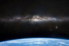 Красивый млечный путь появляется над горизонтом земли 3d планеты представляет, элементы этого изображения обеспечен NASA стоковое изображение