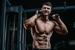 Красивый модельный abs тренировки молодого человека в спортзале Стоковые Изображения