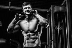 Красивый модельный abs тренировки молодого человека в спортзале Стоковые Фотографии RF