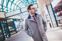 Красивый молодой бизнесмен идя перед зданием Стоковые Изображения RF