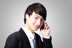 Красивый молодой бизнесмен используя сотовый телефон Стоковая Фотография RF
