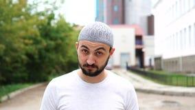 Красивый молодой бородатый человек говоря да путем трясти голову outdoors видеоматериал