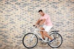 Красивый молодой велосипед катания человека битника стоковые изображения