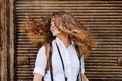 Красивый молодой девочка-подросток в старом городке стоковая фотография rf