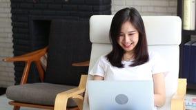 Красивый молодой женщины портрета усмехаясь держащ бумажную сумку изолированный на белой предпосылке видеоматериал
