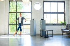 Красивый молодой мужской артист балета практикуя в стиле a просторной квартиры стоковое изображение