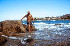 Красивый молодой парень в голубом море стоковые фотографии rf