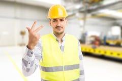 Красивый молодой показ 3 заводской рабочий или инженера Стоковые Изображения