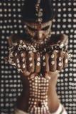 Красивый молодой привлекательный модный модельный портрет с традиционным орнаментом на коже и стороне стоковое изображение rf