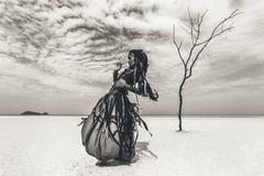 Красивый молодой стильный племенной танцор Женщина в восточном костюме стоковая фотография