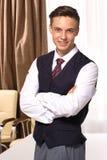 Красивый молодой усмехаясь бизнесмен в зале заседаний правления стоковые фото