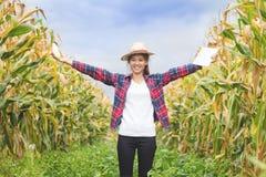 Красивый молодой фермер стоит держащ мозоль и усмехается happil стоковое фото