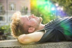 Красивый молодой человек в европейском городе Стоковые Фотографии RF