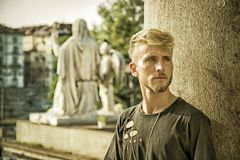 Красивый молодой человек в европейском городе Стоковое Изображение