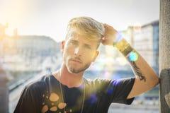 Красивый молодой человек в европейском городе Стоковое Фото