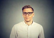 Красивый молодой человек в eyeglasses стоковая фотография rf