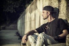 Красивый молодой человек против бетонной стены Стоковое Фото