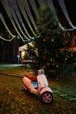 Красивый мопед под деревом зимы рождества стоковая фотография rf