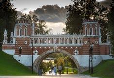 Красивый мост в ансамбле Tsaritsyno стоковые изображения rf