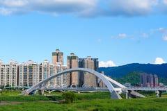 Красивый мост в Тайбэе под голубым небом Стоковая Фотография