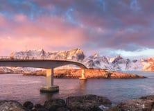 Красивый мост на восходе солнца в Lofoten, Норвегии стоковые фотографии rf