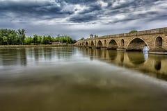 Красивый мост на пасмурном дне Стоковые Изображения RF